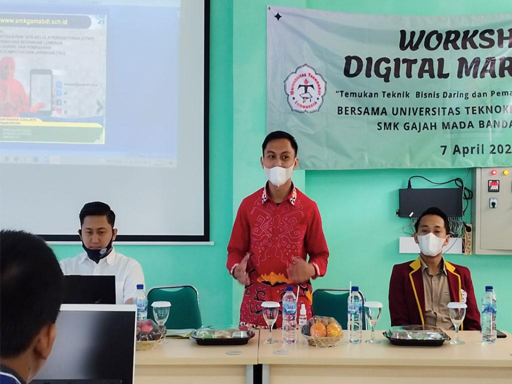 Universitas Terbaik di Lampung, Tim PkM Teknokrat Beri Pelatihan Penerapan Digital Marketing di SMK Gajah Mada